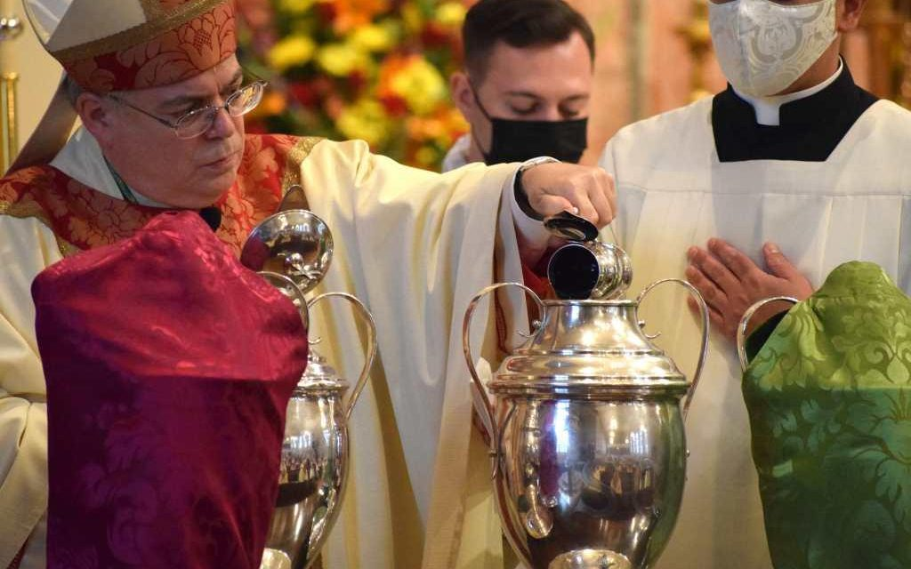 At Chrism Mass, Priests Renew their Vows, and Bishop Thanks Them for Pastoral Courage  During Pandemic